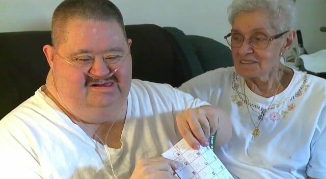 Joey Wittkugle siedzi na kanapie z mamą