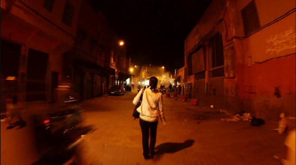 kobieta idąca po zmroku ulicą