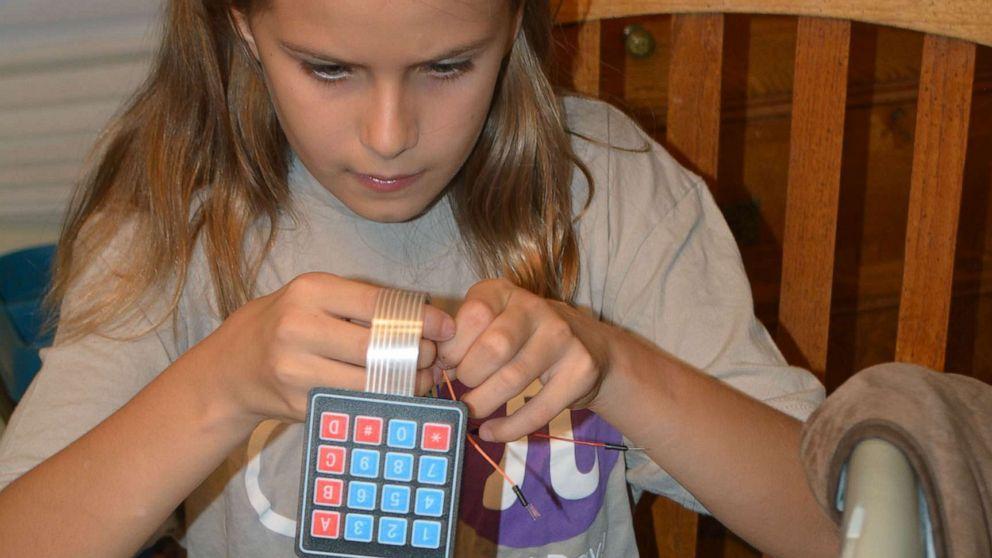 dziewczynka pracuje nad wynalazkiem