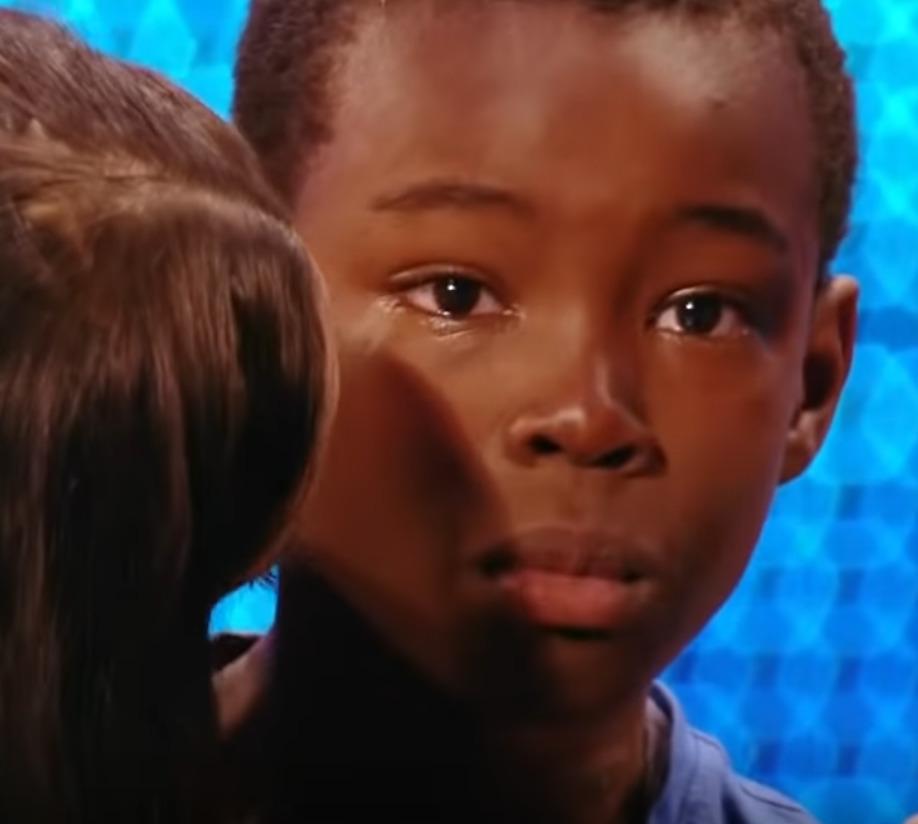 chłopiec ze łzami w oczach