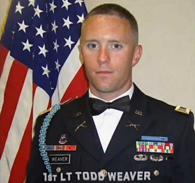 żołnierz stojący przy fladze USA