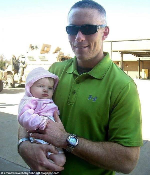 mężczyzna trzyma dziecko na rękach