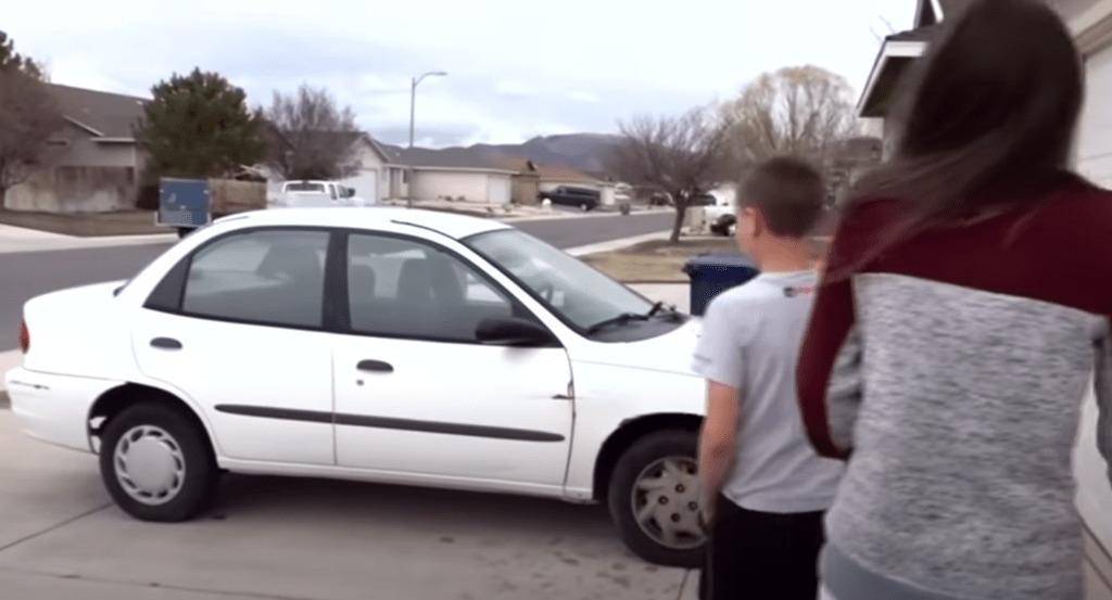 samochód i dwoje ludzi