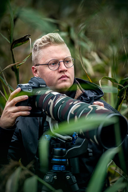 mężczyzna z aparatem