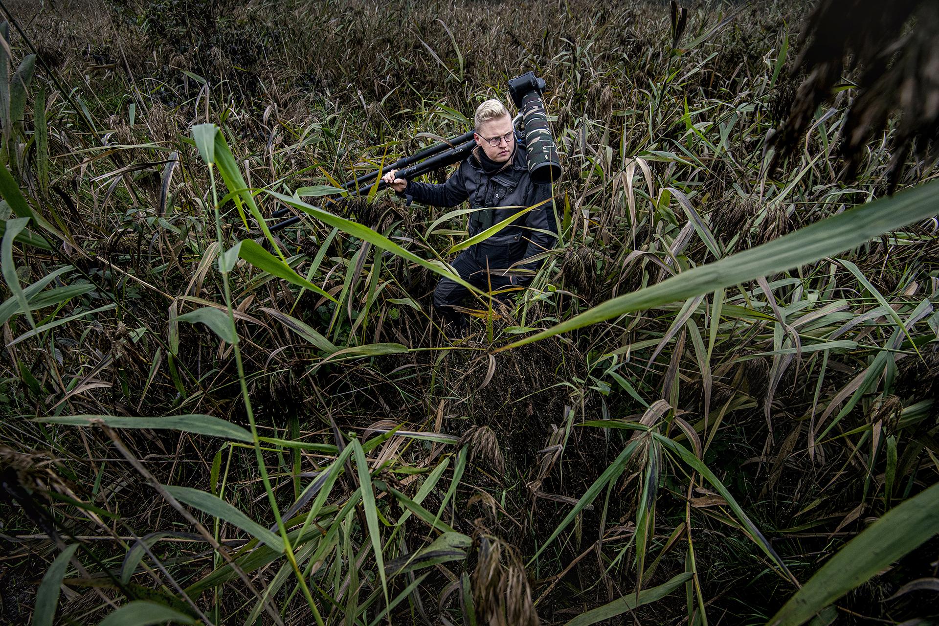fotograf w trawie