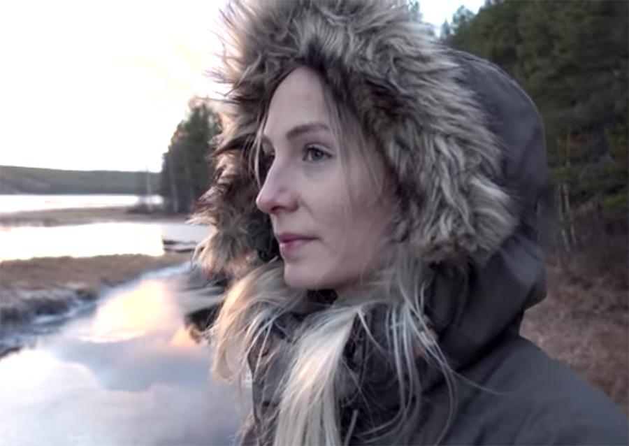 kobieta w kurtce z kapturem