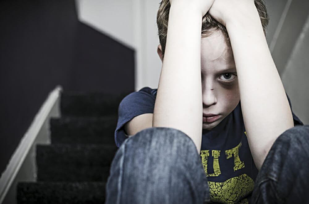 dziecko siedzi skryte za rękami