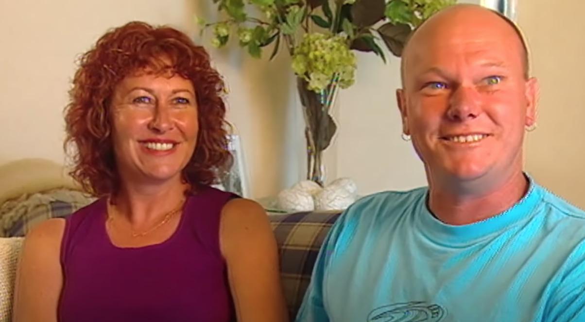 kobieta w fioletowej bluzce i mężczyzna w niebieskiej bluzce