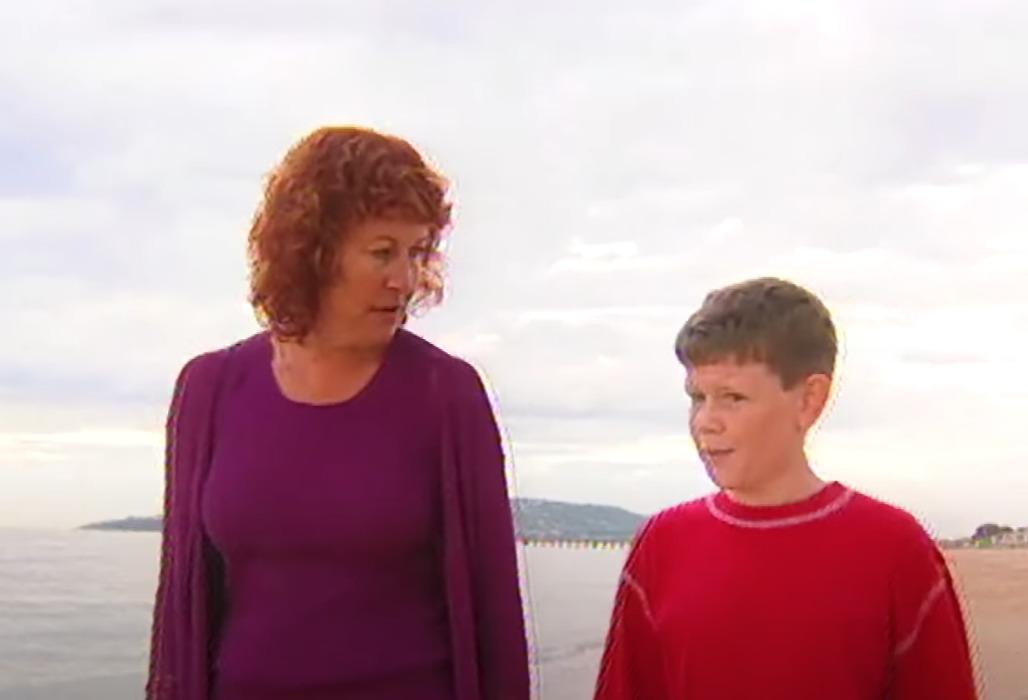 kobieta w fiolecie i chłopiec w czerwieni