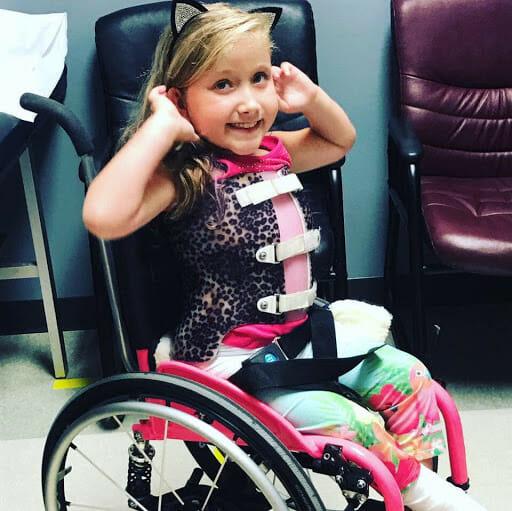 dziewczynka na wózku inwalidzkim