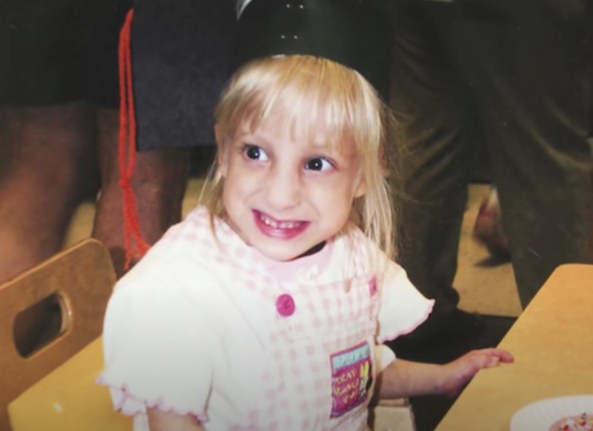 mała jasno włosa dziewczynka