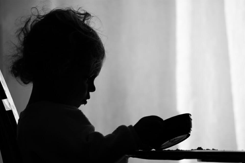 dziecko trzyma miseczkę