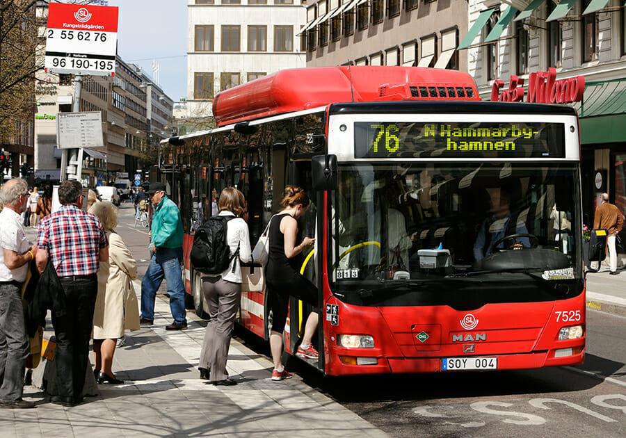 ludzie wsiadają do autobusu