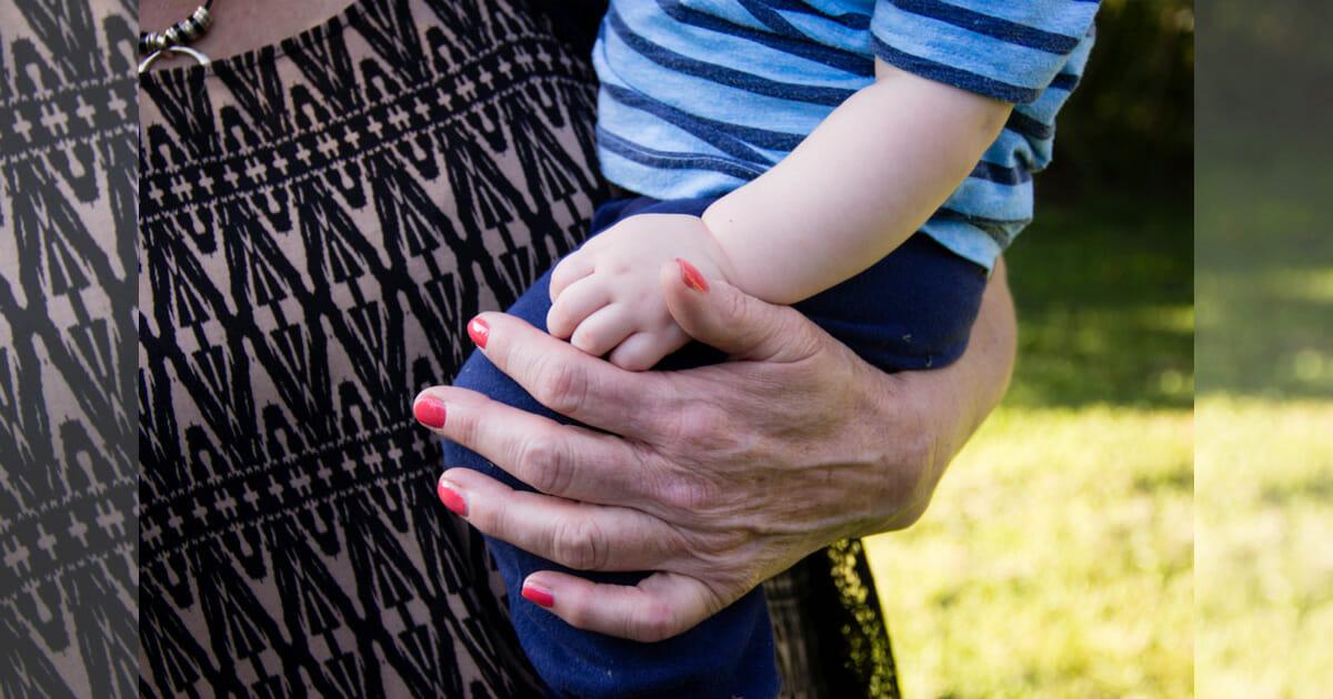 dorosły trzyma dziecko na rękach