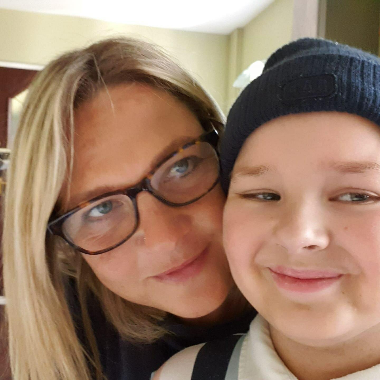 kobieta w okularach i dziecko w czapce