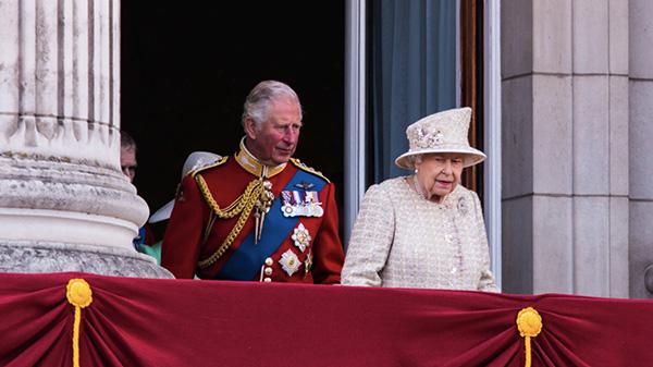 starsza kobieta w kapeluszu i mężczyzna w galowym stroju