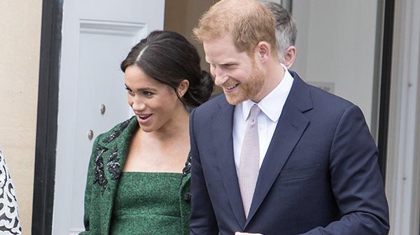 kobieta ubrana na zielono i mężczyzna w granatowym garniturze uśmiechają się