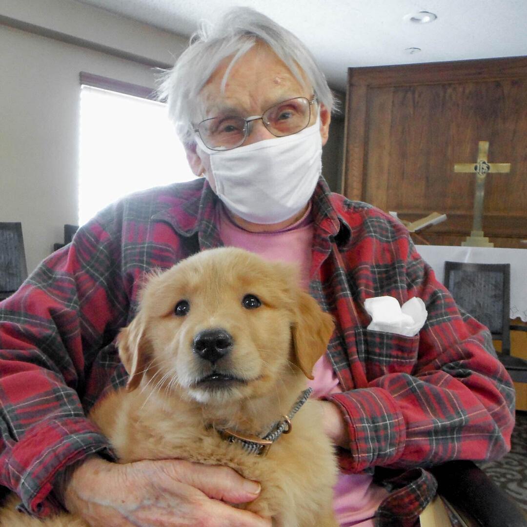 starsza osoba z psem