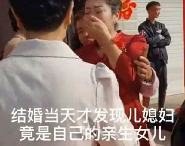 kobieta w czerwonej sukience zakrywa ręką twarz