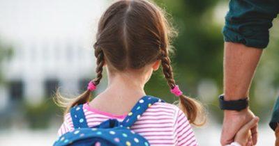 Przerażona dziewczynka wręcza kierowcy autobusu odręczną notatkę - po przeczytaniu wiadomości natychmiast wzywa policję
