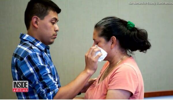 mężczyzna wyciera łzy kobiecie