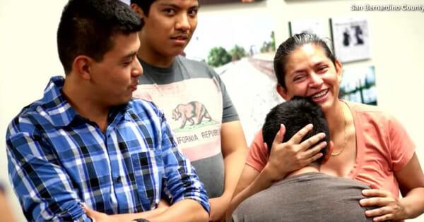 dwaj mężczyźni i kobieta przytulająca chłopca