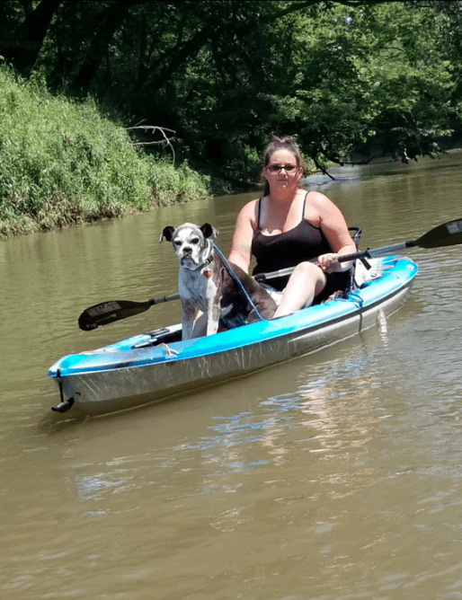 pies i kobieta na kajaku