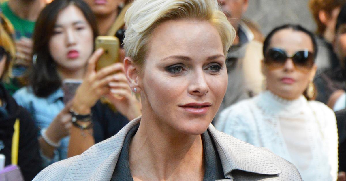 kobieta w krótkich blond włosach