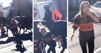 Kobieta wybiega do przodu i uderza policyjnego konia - zwierzę daje jej niezapomnianą lekcję