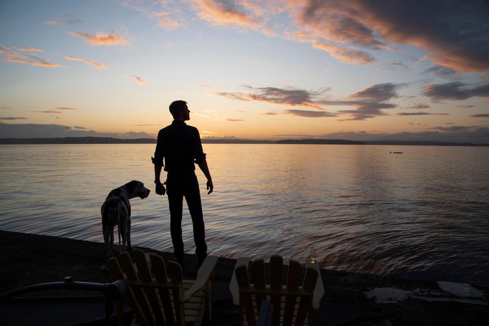 mężczyzna i pies stoją przy brzegu
