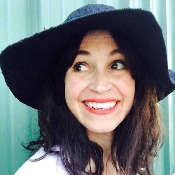 uśmiechnięta kobieta w kapeluszu