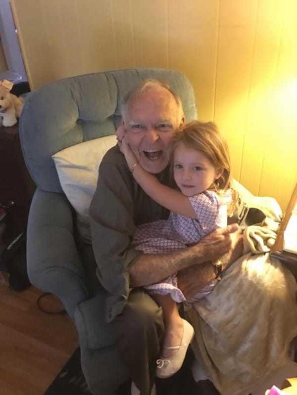 dziewczynka obejmuje starszego mężczyznę