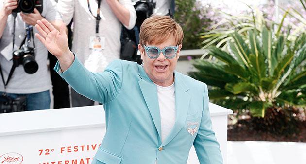 mężczyzna w błękitnym garniturze i okularach