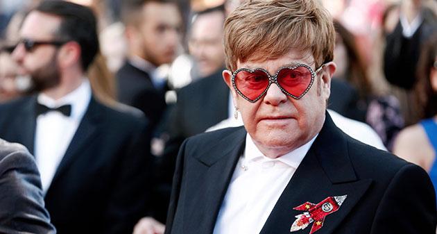 mężczyzna w okularach z oprawkami w serduszka