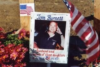zdjęcie mężczyzny w otoczeniu flag
