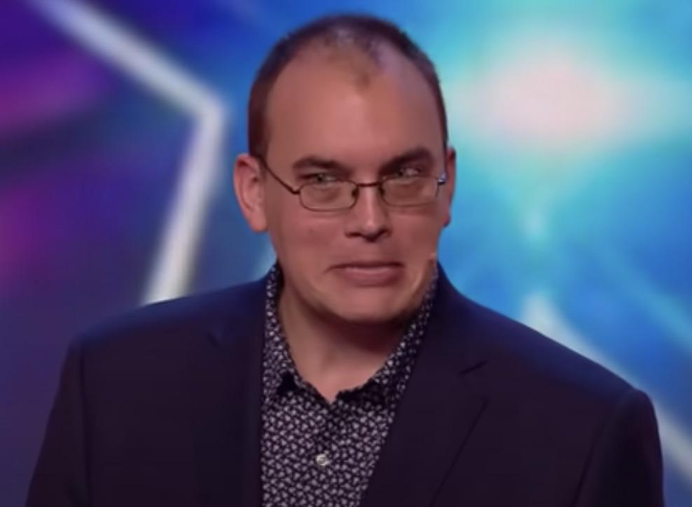 mężczyzna w garniturze i okularach