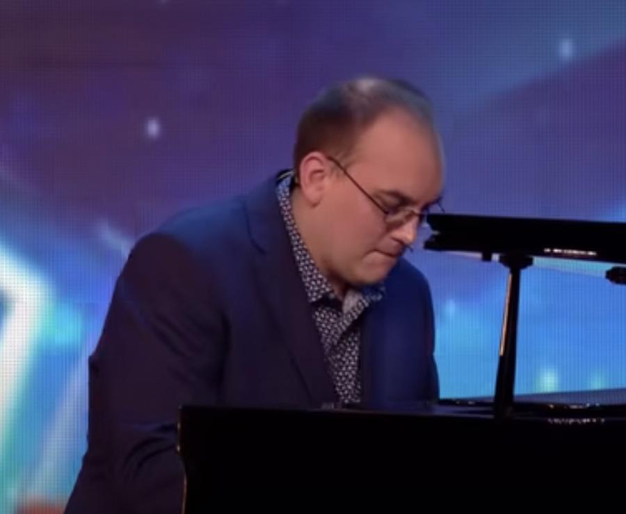 mężczyzna gra na fortepianie