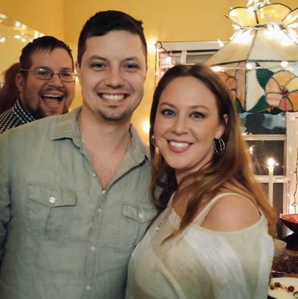 uśmiechnięci kobieta i dwaj mężczyźni