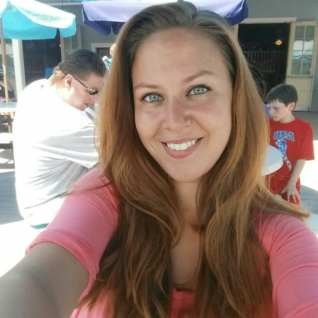 kobieta w różowej bluzce robi sobie zdjęcie