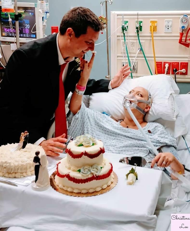 kobieta w łóżku szpitalnym, mężczyzna w garniturze i torty weselne