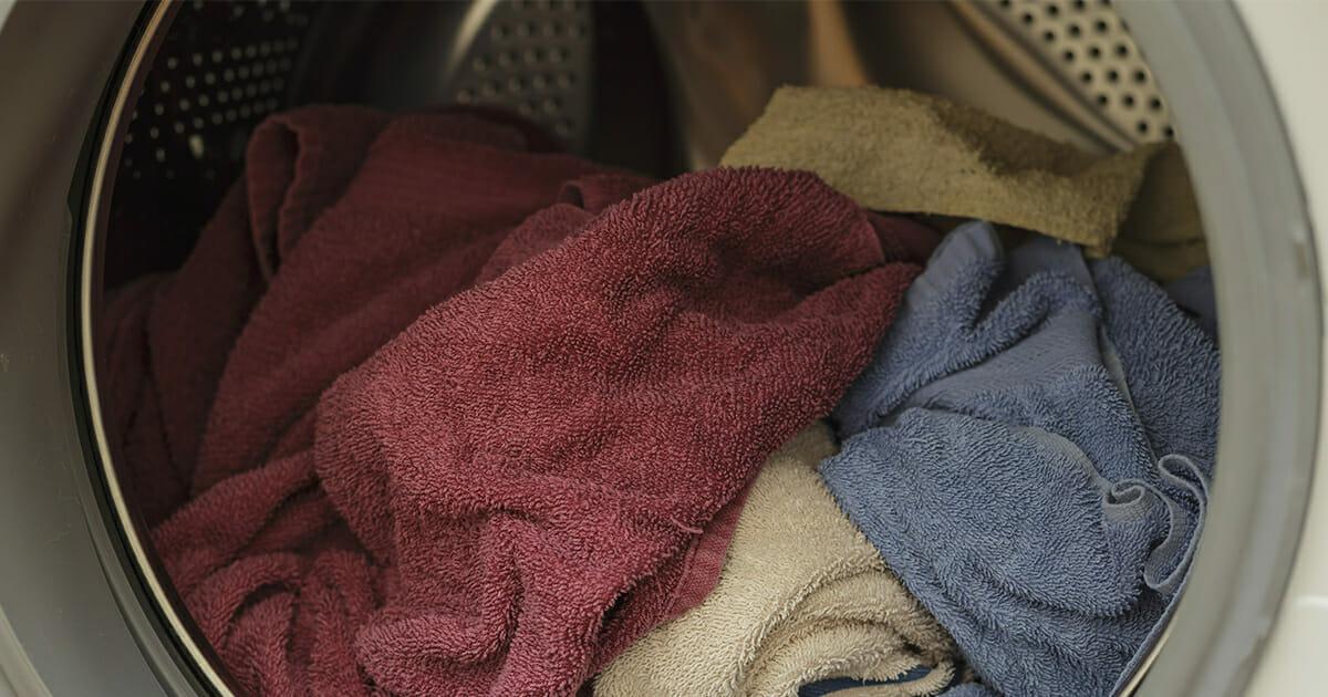 Pyyhkeitä pyykkikoneessa.
