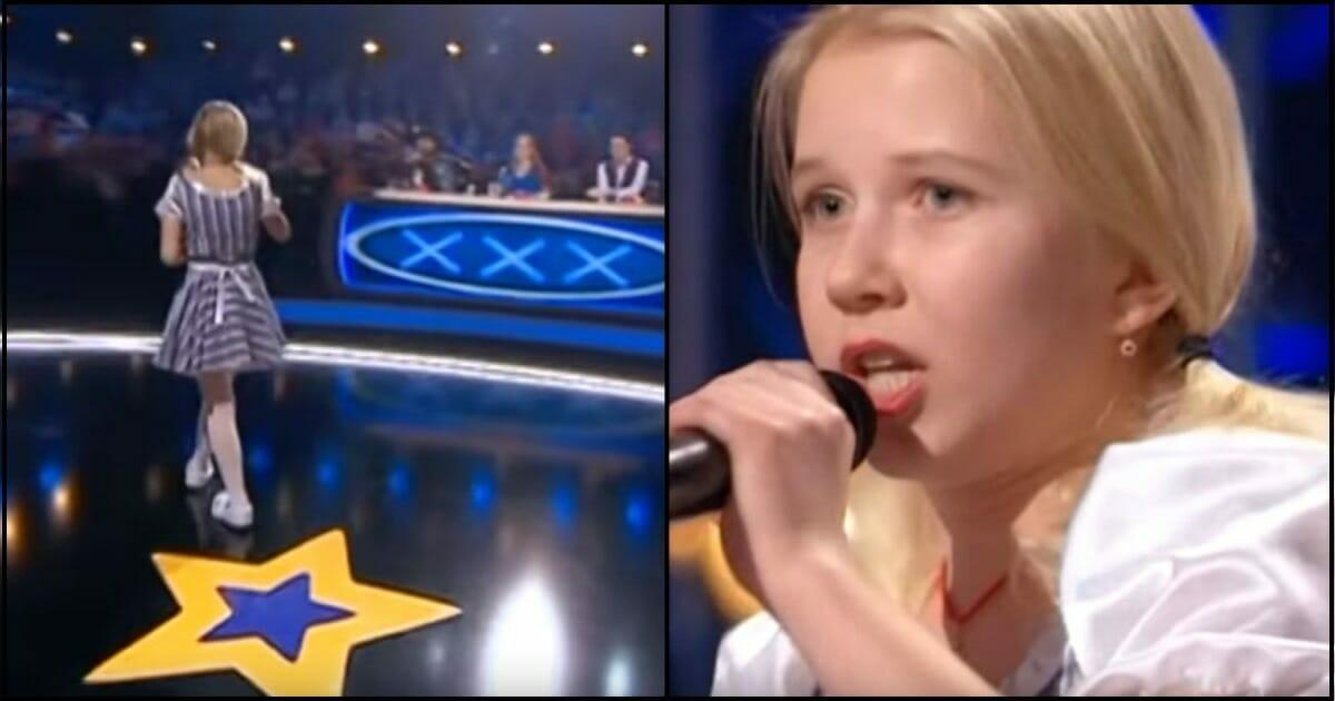 b38b8ad213d4 Lille blond pige går ud på scenen