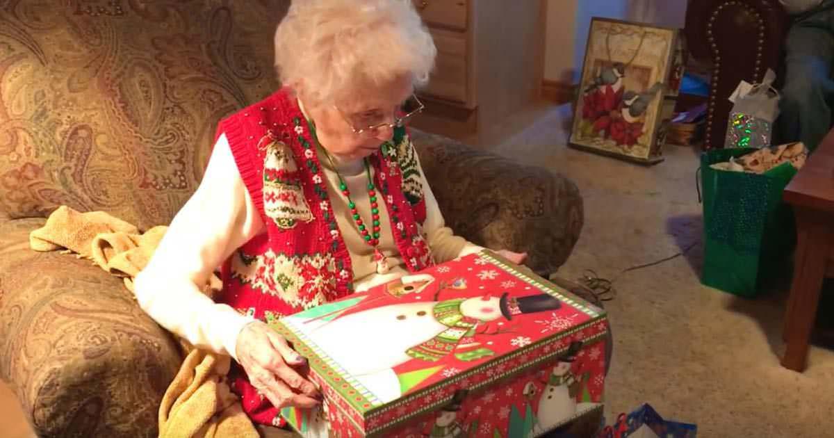 Großmutter öffnet ihr Weihnachtsgeschenk – und lässt ihren Tränen ...