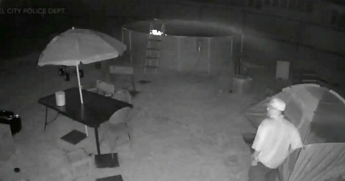 teenager hat angst vor stalker papa stellt kamera in garten und nimmt erschreckende fotos auf. Black Bedroom Furniture Sets. Home Design Ideas