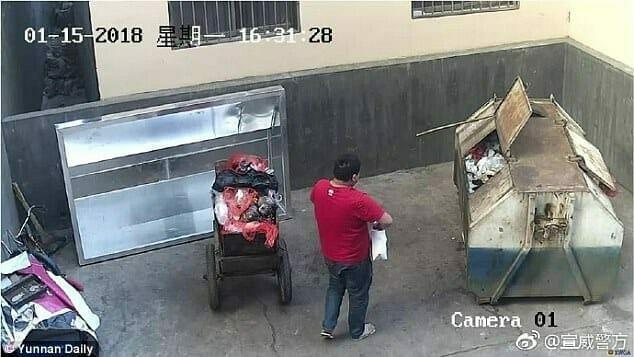 Pai abandona bebê em contêiner de lixo