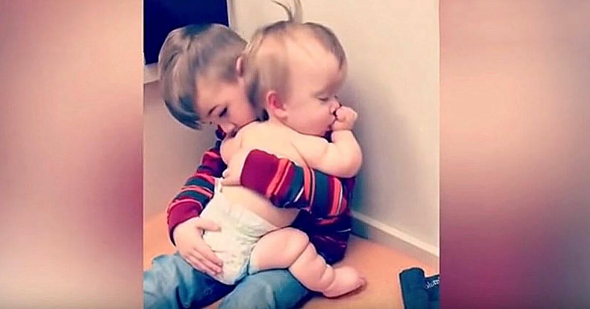 Menino abraça irmã para acalmá-la