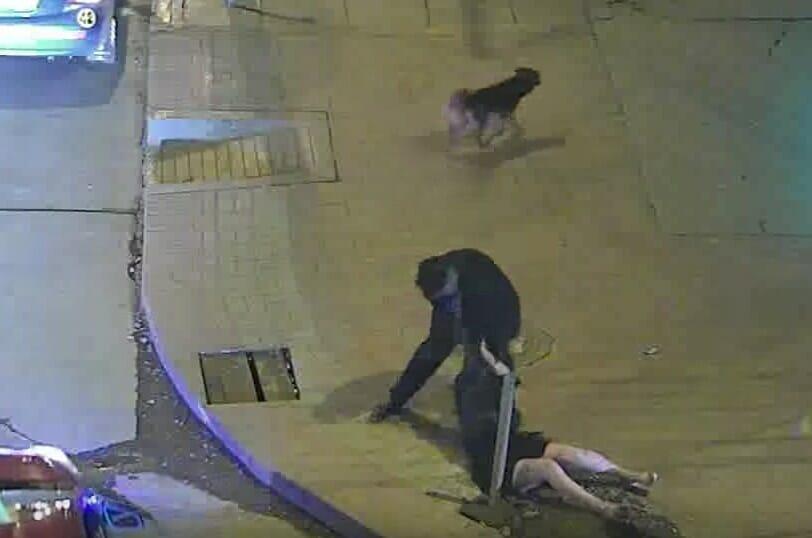 Мужчина ударяет свою подругу и тянет её за волосы. Через несколько секунд карма возвращает всё сполна