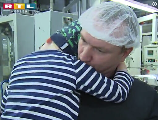 Отец-одиночка часто уходил с работы, когда начальник и сотрудники узнали причину…Они просто герои!