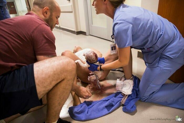 Женщина вынуждена рожать на больничном полу, а фотографии родов по-настоящему захватывают дух (Предупреждение: Впечатлительных просим воздержаться от просмотра)