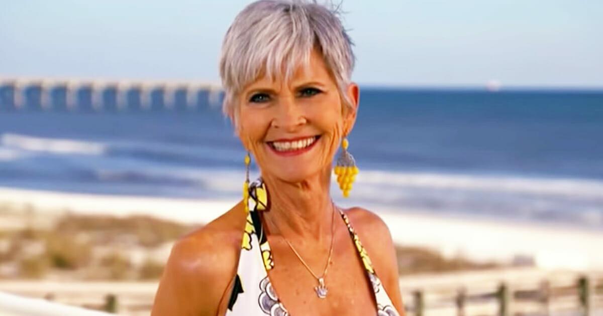 74-jarige oma poseert in bikini voor camera - haar